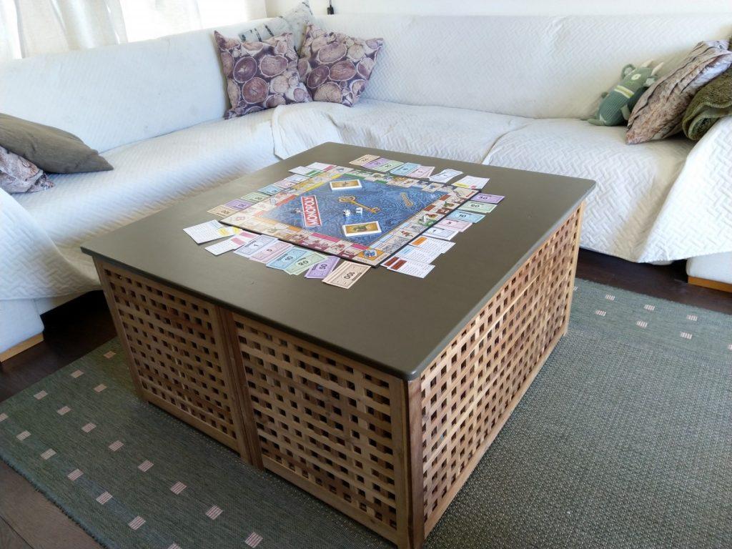 Onze salontafel vol met spelletjes